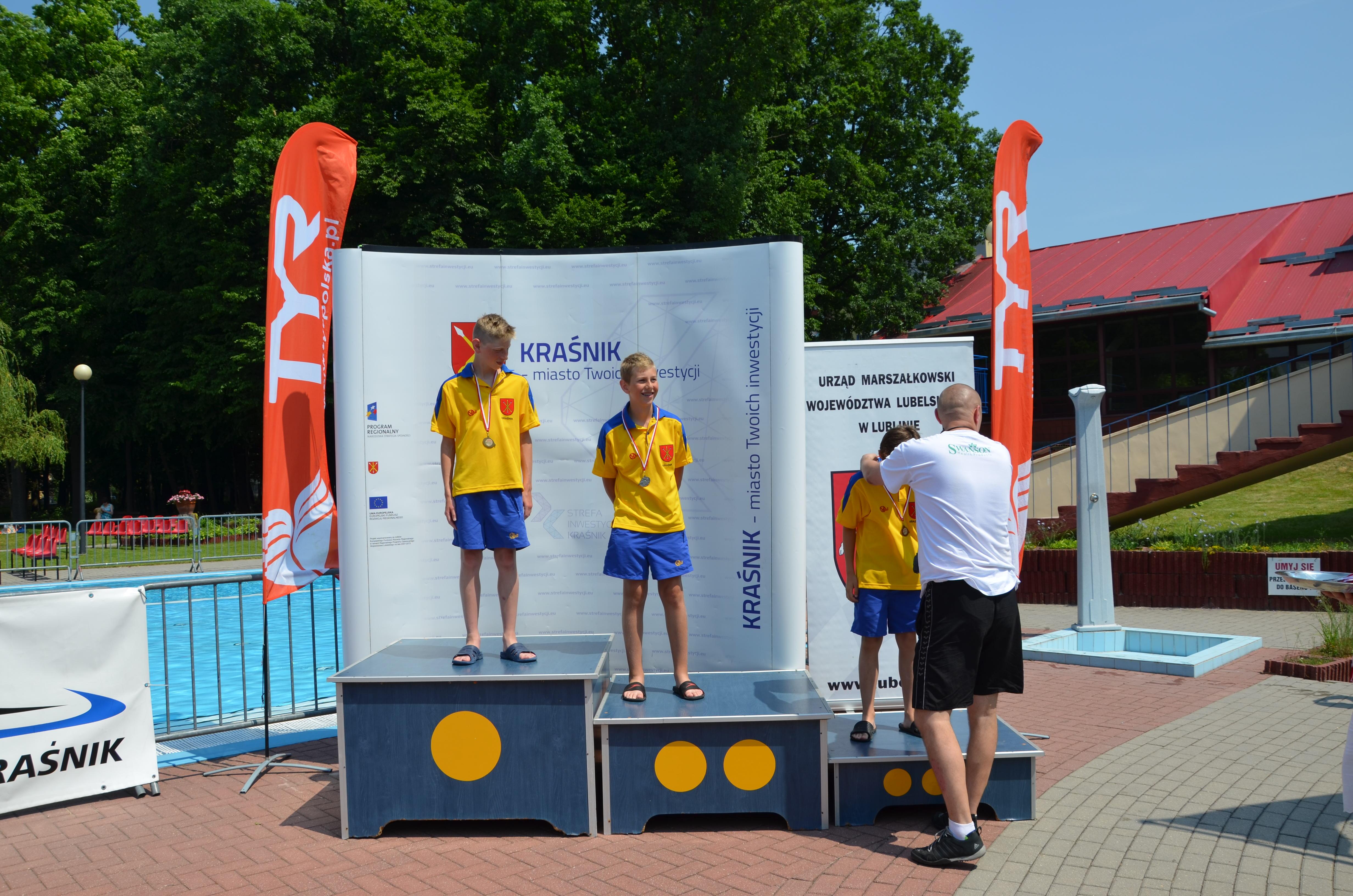 Kraśnickie podium =za 200m st. grzbietowym młodzików